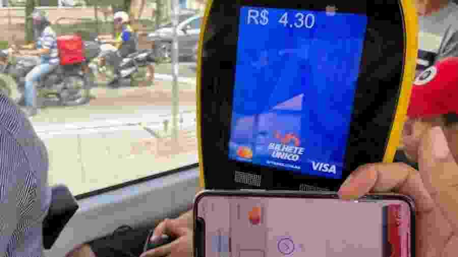 Pagamento feito com celular, que possui a tecnologia NFC, em um ônibus de São Paulo - Helton Simões Gomes/UOL