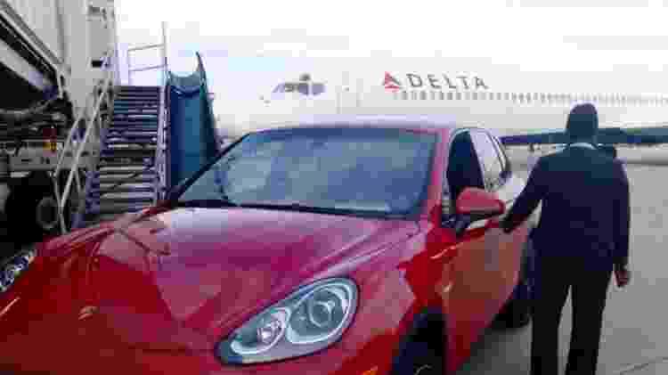 Companhias levam passageiros da primeira classe de carro até a porta do avião - Divulgação