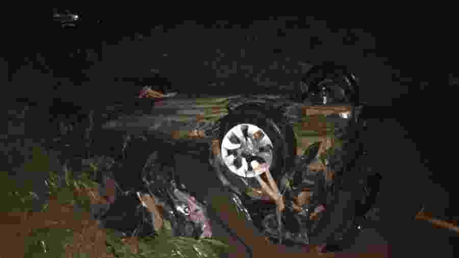 Carro caiu em córrego após ser levado pelas águas em Sete Lagoas (MG) - Divulgação/Corpo de Bombeiros