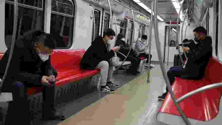 Usuários do metrô de Pequim, na China, usam máscaras - Carlos Garcia Rawlins/Reuters