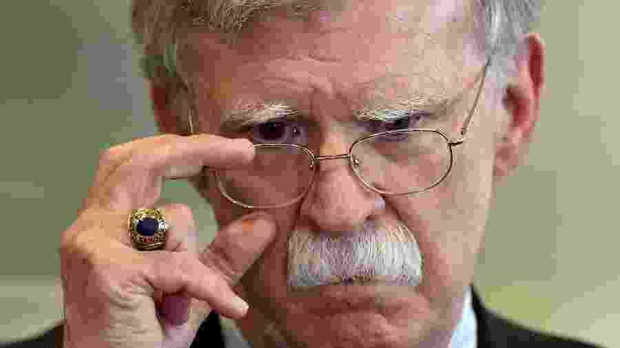 Foto de agosto de 2019 mostra o ex-assessor de Segurança Nacional dos EUA, John Bolton, respondendo a jornalistas após se encontrar com o presidente de Belarus - Sergei Gapon/AFP