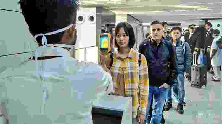 Diversos países adotaram a triagem de passageiros em aeroportos para conter o surto - AFP