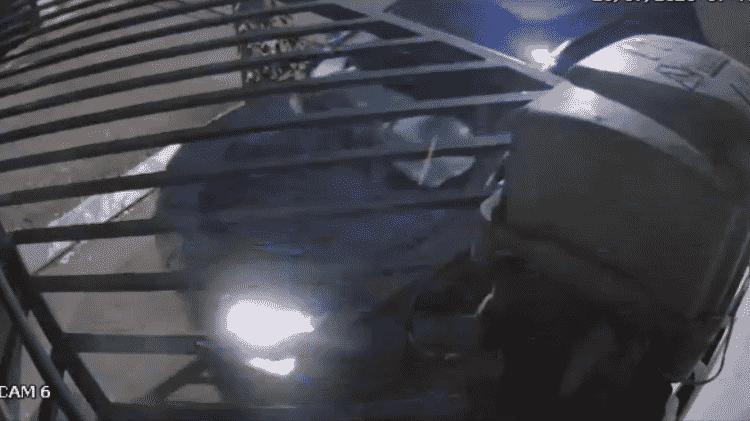 Jeep de Flaviana deixa o condomínio pela última vez antes de ser encontrado queimado; Palio de Ana Flávia saiu pouco antes - Divulgação/ Polícia Civil