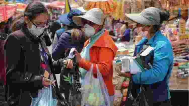 Muitas pessoas na Bolívia começaram a usar máscaras nas suas atividades diárias - EPA - EPA