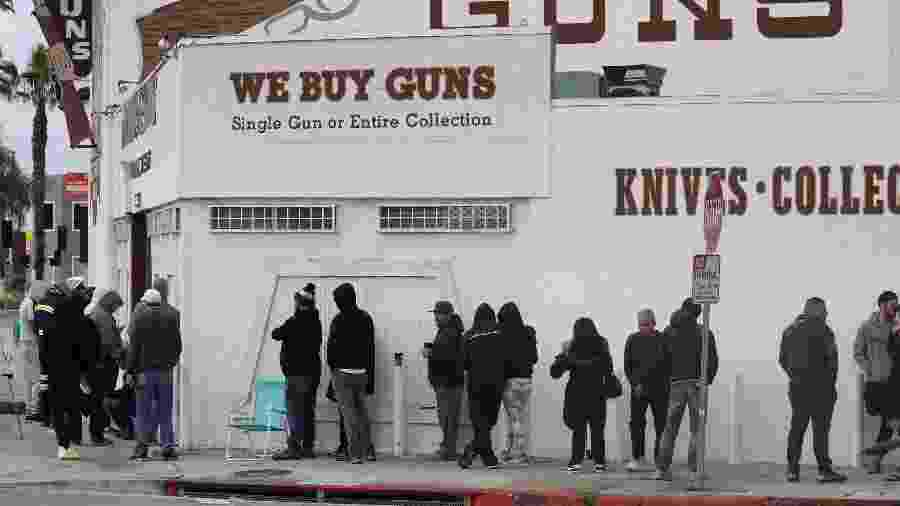 15.mar.2020 - Pessoas foram filas para comprar armas em Culver City, na Califórnia - Patric T. Fallon/Reuters