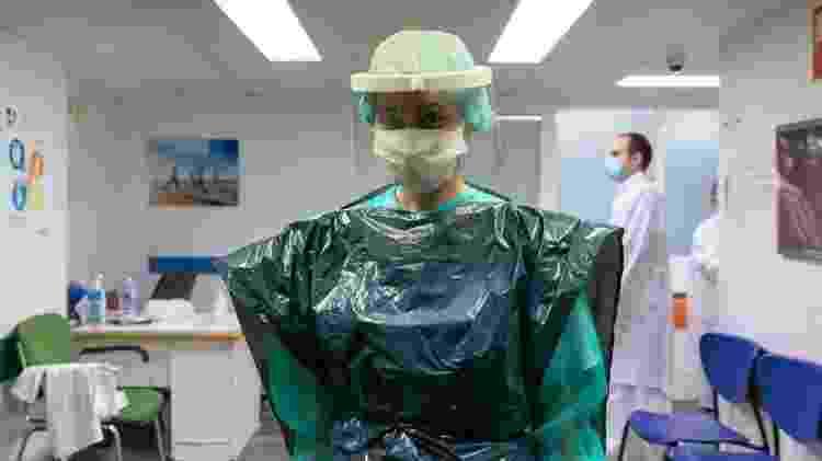 Enfermeira usando saco de lixo - Getty Images via BBC - Getty Images via BBC