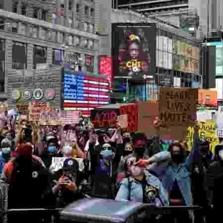 Manifestantes protestam em Nova York contra morte de George Floyd, vítima de violência policial em Mineápolis, nos Estados Unidos - Mike Segar/Reuters