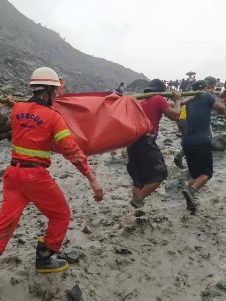 A tragédia ocorreu após uma forte tempestade atingir a mina em Hpakant - MYANMAR FIRE SERVICES DEPARTMENT/MFSD via REUTERS