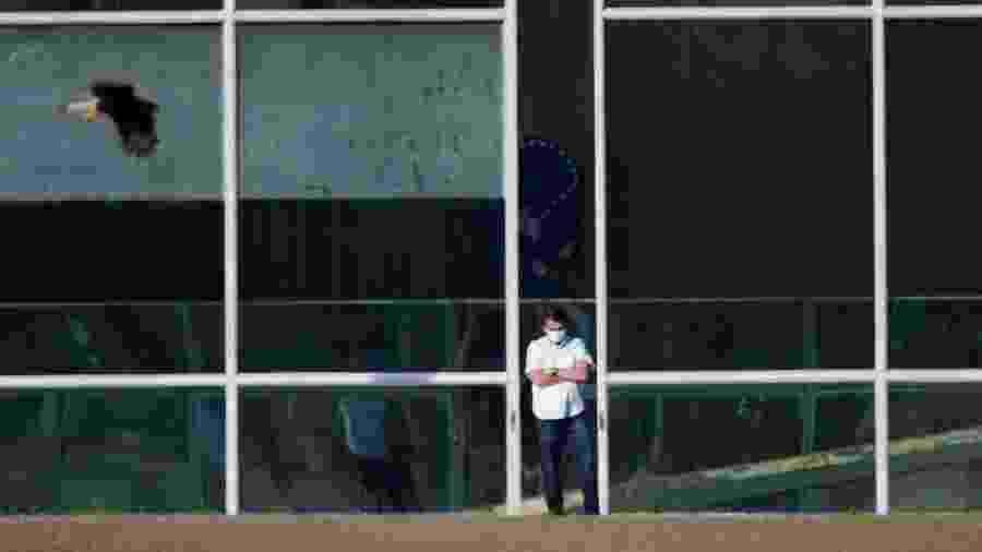Presidente Jair Bolsonaro costuma refugiar-se no lado de fora das vidraças do Palácio da Alvorada - UESLEI MARCELINO