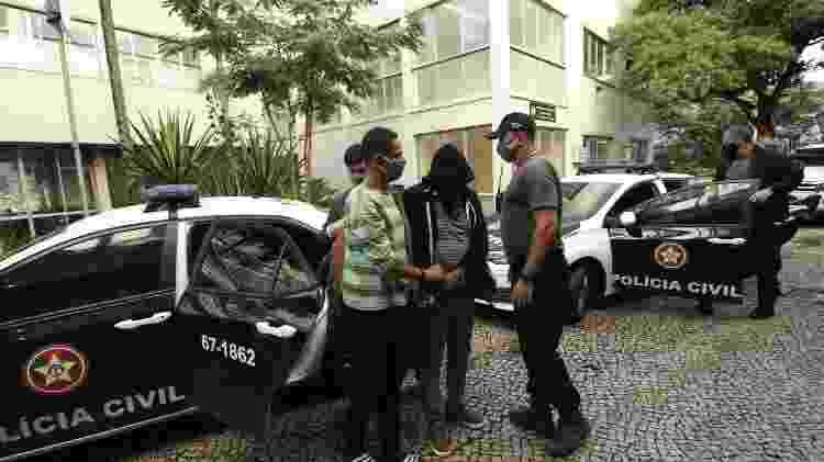 Dois filhos da deputada federal Flordelis chegam à delegacia após serem presos por envolvimento na morte do pastor Anderson do Carmo, marido da parlamentar. Ela foi denunciada como mandante do crime. Cinco filhos e uma neta dela foram presos hoje - JOSE LUCENA/FUTURA PRESS/ESTADÃO CONTEÚDO - JOSE LUCENA/FUTURA PRESS/ESTADÃO CONTEÚDO