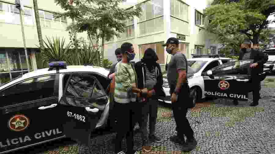 Dois filhos da deputada federal Flordelis chegam à delegacia após serem presos por envolvimento na morte de Anderson do Carmo - JOSE LUCENA/FUTURA PRESS/ESTADÃO CONTEÚDO
