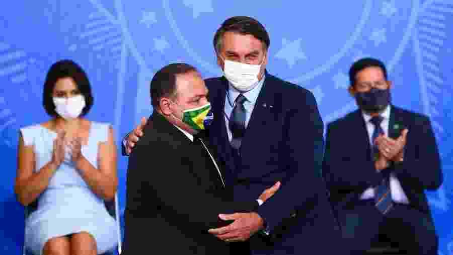 Eduardo Pazuello é abraçado por Jair Bolsonaro durante sua posse na Saúde - Marcelo Camargo/Agência Brasil