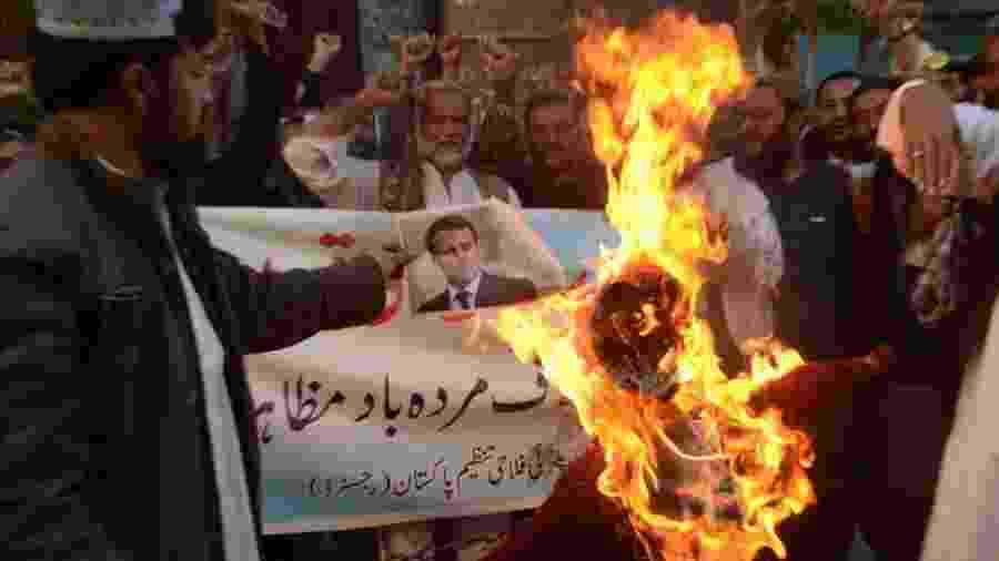Bandeiras francesas, retratos e imagens de Macron foram queimados em protestos em todo o mundo islâmico - EPA