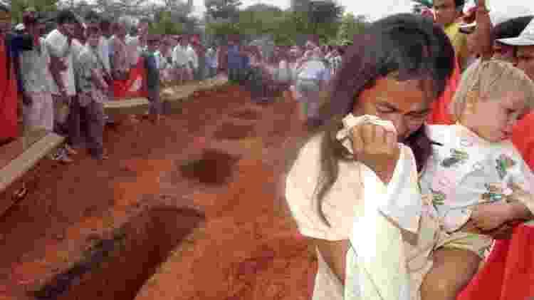 Andrelina Araújo e o filho Róbson no enterro das vítimas do massacre de Eldorado dos Carajás - Jorge Araújo/Folhapress - 20.abr.1996 - Jorge Araújo/Folhapress - 20.abr.1996