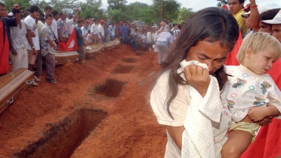 Andrelina Araújo e o filho Róbson no enterro das vítimas do massacre de Eldorado dos Carajás - Jorge Araújo/Folhapress - 20.abr.1996