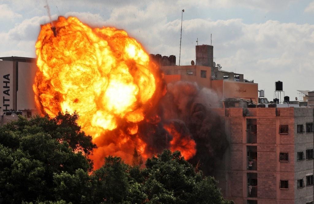 Israel intensifica bombardeios em Gaza; cidades têm distúrbios