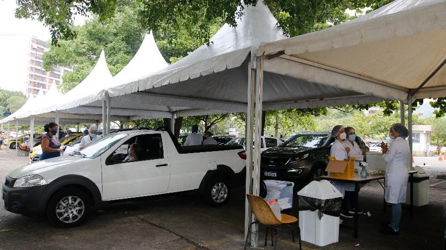Vacinação contra a covid-19 no drive thru na Universidade do Estado Rio de Janeiro, zona norte do Rio - Tânia Rêgo/Agência Brasil