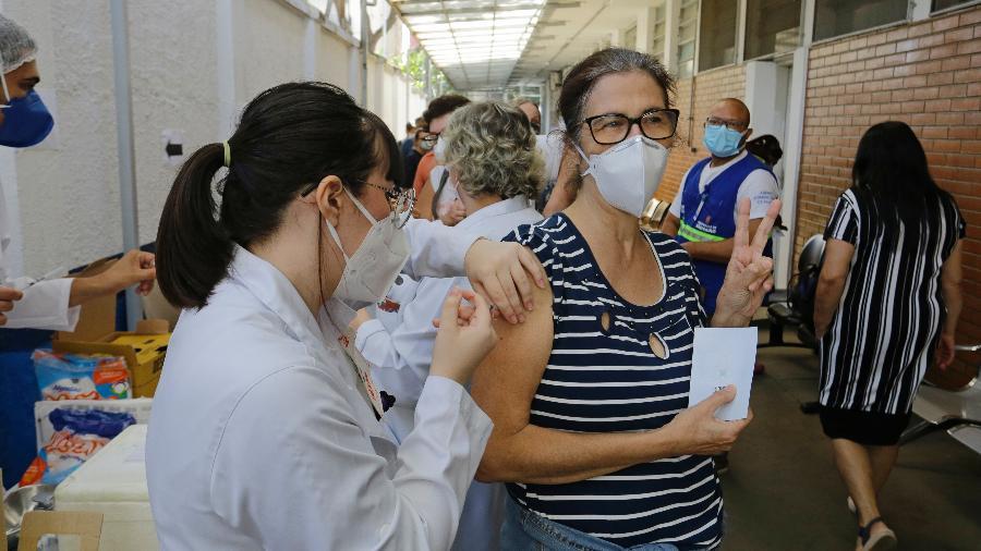 Pessoas enfrentam uma longa fila na UBS Santa Cecília, na capital; vacinação foi suspensa ontem - Nelson Antoine/Estadão Conteúdo
