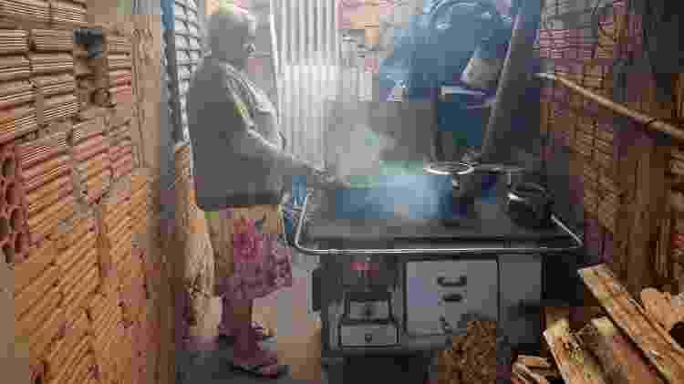 Antônia Rosa de Campos, 68, de Cuiabá, assa até bolo no forno a lenha - Bruna Barbosa Pereira/UOL - Bruna Barbosa Pereira/UOL