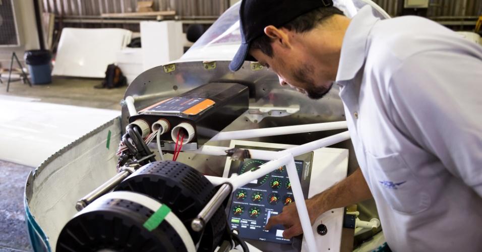 A aeronave de dois lugares - com lugar para o piloto e um passageiro - foi desenvolvida dentro do programa Veículo Elétrico de Itaipu (VE). Segundo a usina hidrelétrica, os investimentos nessa etapa do projeto foram de R$ 900 mil. O veículo passa por uma fase de testes, com possibilidades de ser produzido em maior escala