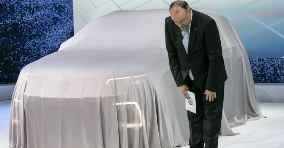 """28.out.2015 - Sven Stein, diretor do grupo Volkswagen no Japão, pediu desculpas em nome da marca durante a apresentação da empresa no Salão de Tóquio, a primeira após a descoberta do escândalo de emissões de gases em motores a diesel. O salão será aberto ao público nesta sexta-feira (30), e será realizado até o dia 8 de novembro. O diretor da marca Herbert Diess afirmou que a companhia """"vai fazer o possível para recuperar a confiança"""" dos consumidores"""