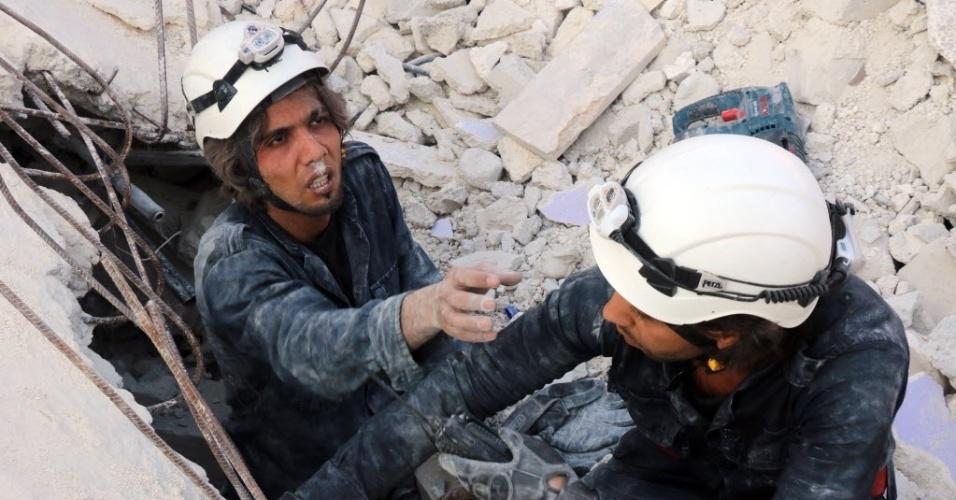 30.out.2015 - Equipes de resgate procuram sobreviventes sob escombros após um ataque aéreo em Aleppo, na Síria. Ataques aéreos feitos pelo que os moradores acreditam ser aviões russos, deixaram pelo menos 32 mortos, entre eles 12 crianças
