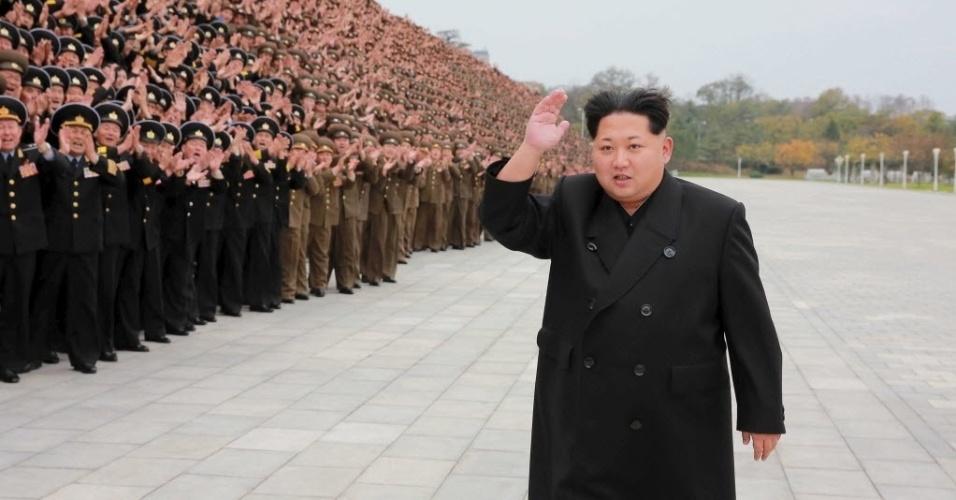 7.nov.2015 - O líder norte-coreano Kim Jong-Un caminha diante de uma plateia de militares durante uma convenção na capital do país, Pyongyang. A imagem foi disponibilizada pela agência oficial de notícias da Coreia do Norte, KCNA, neste sábado