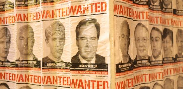 """ONG cola cartazes com """"procurados por destruir nosso futuro"""" durante COP-21 - Divulgação/ Avaaz"""