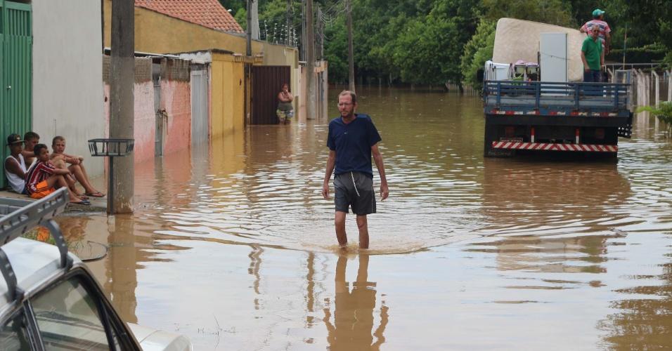 16.jan.2016 - Rua da cidade de Mogi Guaçu (SP) fica alagada devido às fortes chuvas que atingem a região