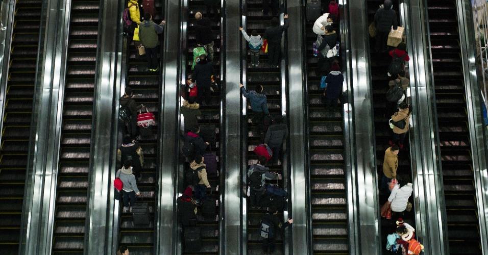 29.jan.2016 - Passageiros lotam estação de trem em Xangai para viagem de comemoração do Ano-Novo chinês. As festividades começam no dia 8 e fevereiro e geram o maior fluxo migratório do planeta, com 2.9 bilhões de viagens