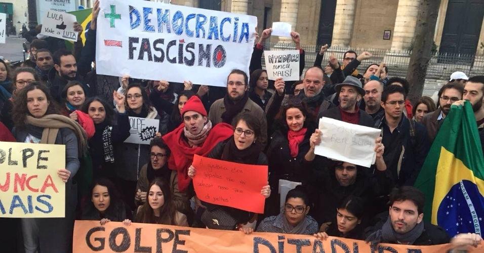 18.mar.2016 - Em Paris, grupo de brasileiros se reúne nas proximidades do consulado do Brasil na capital francesa para protestar contra o processo de impeachment da presidente Dilma