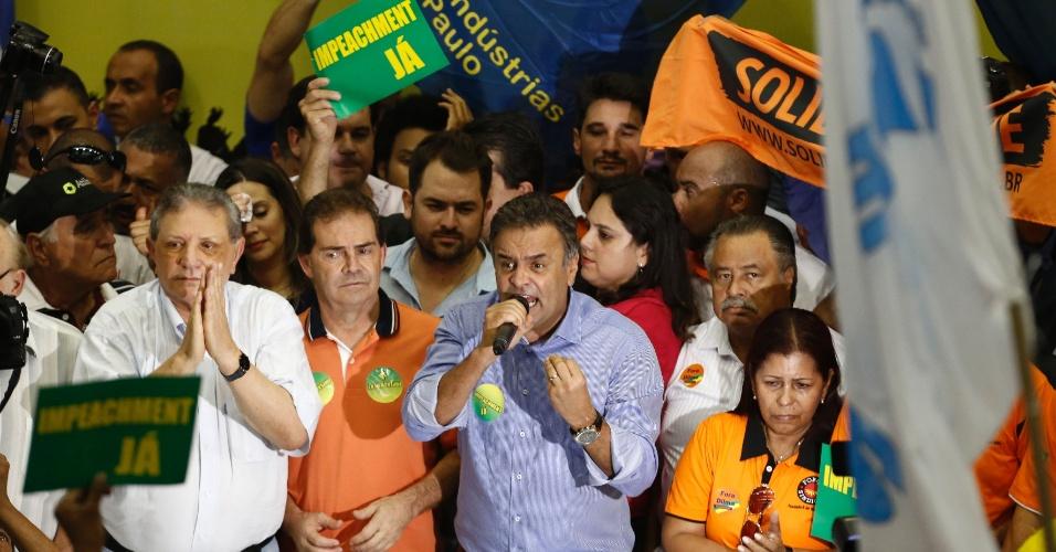 8.abr.2016 - O senador Aécio Neves (PSDB-MG) discursa durante ato com sindicalistas e lideranças políticas pelo impeachment da presidente Dilma Rousseff, no Sindicato dos Trabalhadores da Construção Civil, no centro de São Paulo (SP). Outras lideranças tucanas e peemedebistas também participam do ato