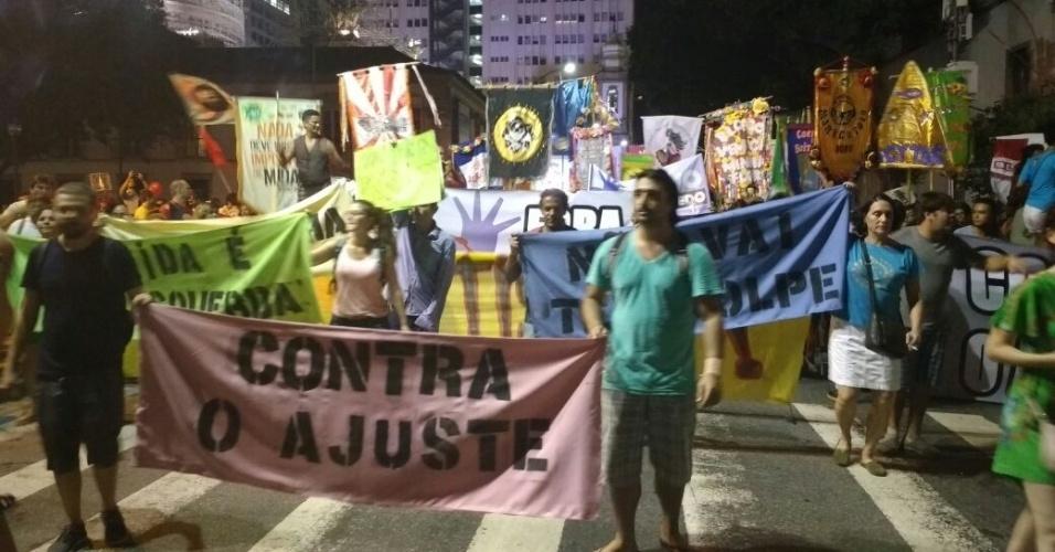 14.abr.2016 - Movimento Ocupa Carnaval e outros grupos carnavalescos promovem ato