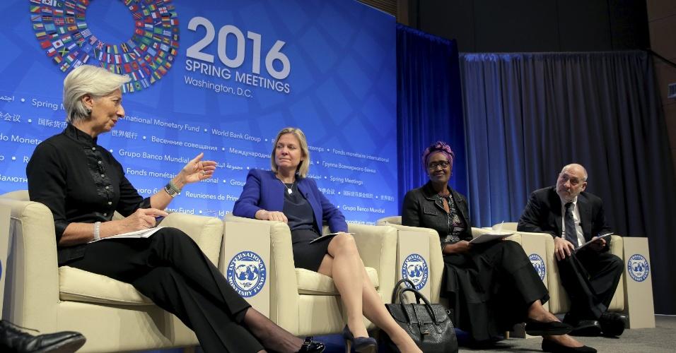 17.abr.2016 - Christine Lagarde (diretora do FMI), Magdalena Andersson (ministra de Finanças da Suécia), Winnie Byanyima (diretora-executiva da Oxfam) e Joseph Stiglitz (economisata) conversam sobre fortalecimento das políticas tributárias globais durante encontro do Banco Mundial FMI, em Nova York, Estados Unidos