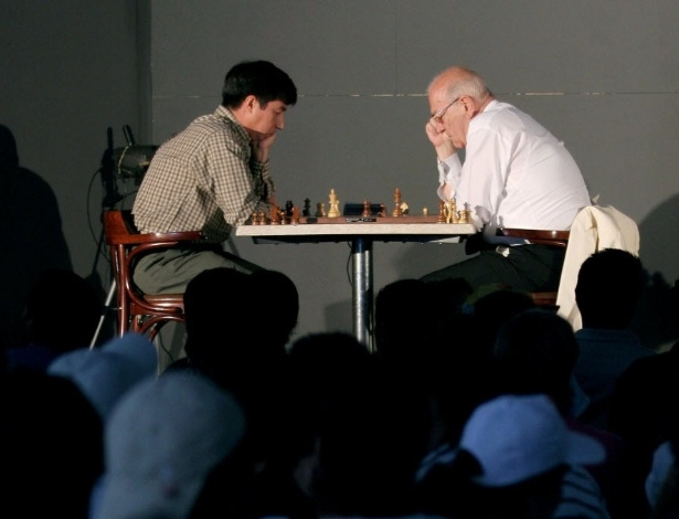 O enxadrista russo Viktor Korchnoi (à direita) analisa o tabuleiro contra o oponente mexicano Gilberto Hernandez, na Cidade do México, em outubro de 2006
