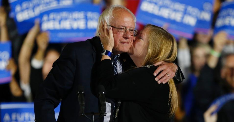 8.jun.2016 - O pré-candidato democrata Bernie Sanders recebe um beijo de sua mulher, Jane, depois de falar para seus apoiadores em comício nesta terça-feira (7) na Califórnia. O senador afirmou que continuará com sua campanha pela indicação do Partido Democrata à presidência dos EUA até a Convenção Nacional de sua legenda, que será realizada em julho, apesar de sua rival, a ex-secretária de Estado Hillary Clinton, já ter se autoproclamado como vencedora das primárias e candidata do partido à Casa Branca