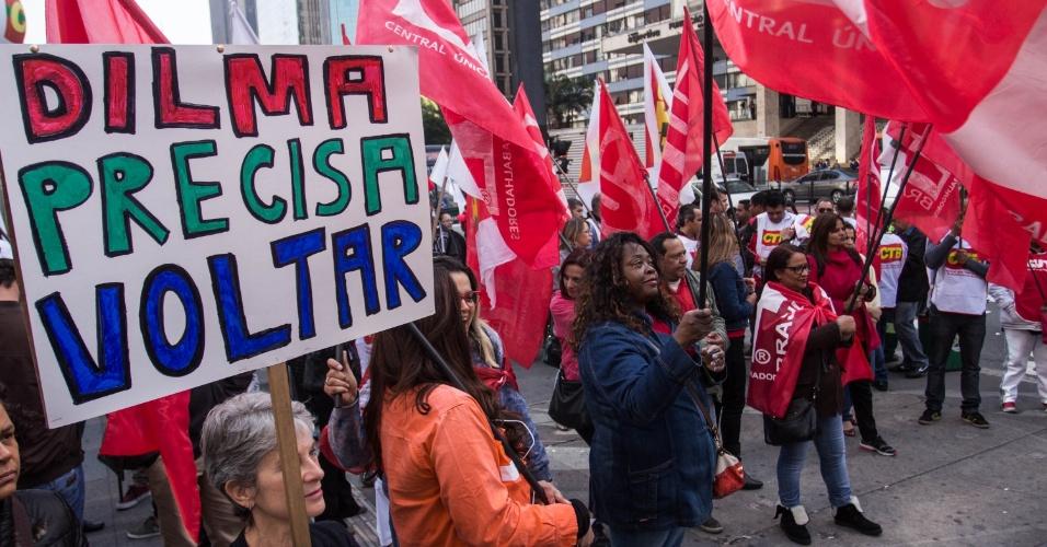 24.jun.2016 - Movimentos sociais e sindical que compõem a Frente Brasil Popular fazem ato em defesa da Petrobras e do Pré-Sal, na sede da empresa localizada na avenida Paulista, região central de São Paulo (SP)