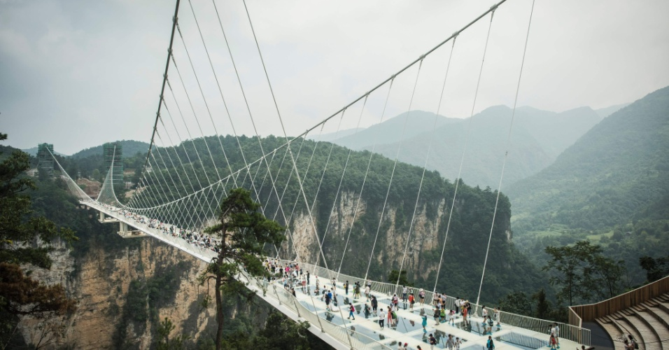 21.ago.2016 - Hora de curtir! Chineses se esbaldam na maior ponte de vidro, construída entre dois penhascos no parque natural de Zhangjiajie