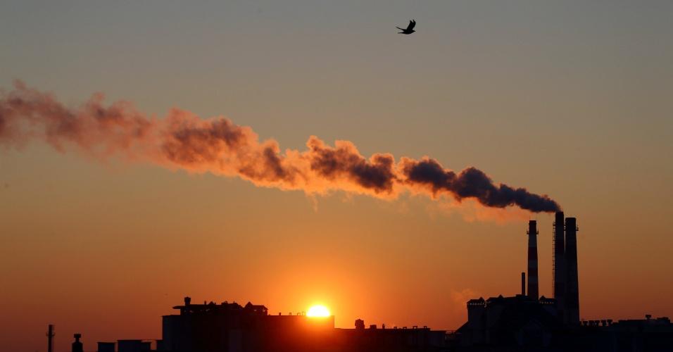 18.out.2016 - Central eléctrica alimentada a gás é vista durante o nascer do sol em Minsk, em Belarus