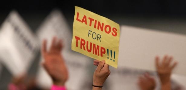 28.abr.2016 - Mulher segura cartaz que expressa apoio de latinos pelo candidato republicano, Donald Trump, em Costa Mesa, na Califórnia