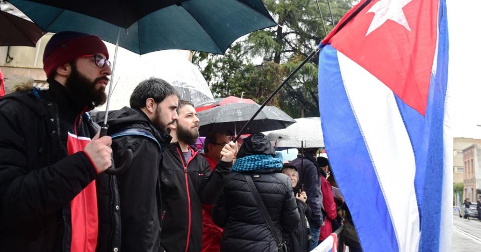 26.nov.2016 - Espanhois se reúnem em frente à embaixada de Cuba em Madri para lamentar a morte do ex-presidente cubano Fidel Castro
