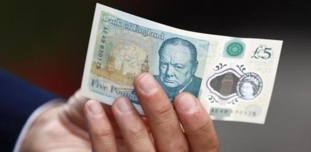 Mais resistente, nova nota de cinco libras exibe a imagem do ex-primeiro-ministro Winston Churchill, morto em 1965
