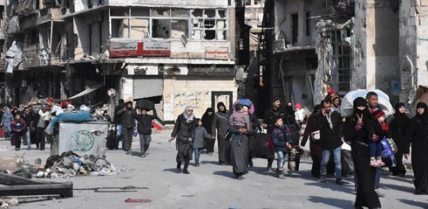 Moradores retornam para casa em áreas retomadas pelo governo sírio em Aleppo