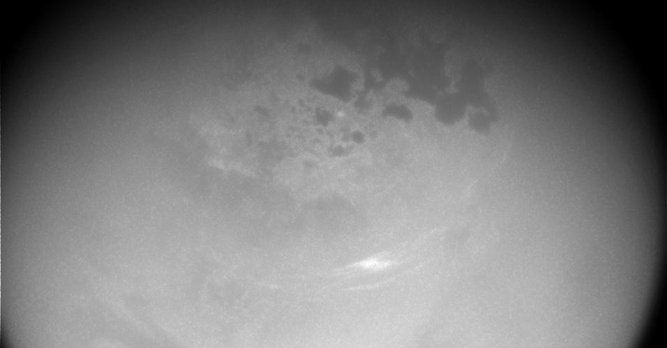 3.jan.2017 - NUVENS LUNARES - Flutuando bem acima dos lagos de hidrocarbonetos, nuvens tênues aparecem nas latitudes de Titã, o maior satélite natural de Saturno. Nuvens como estas desapareceram do norte da Lua por vários anos, e agora retornaram em números menores que o esperado. Cientistas acompanham a atividade das nuvens para mapear como elas se comportam durante a mudança das estações de Saturno