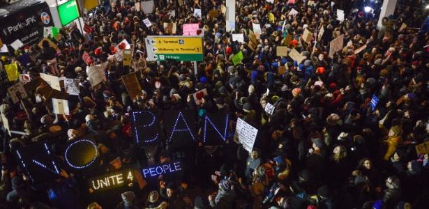 Resultado de imagem para Manifestantes no aeroporto John F. Kennedy, em Nova York