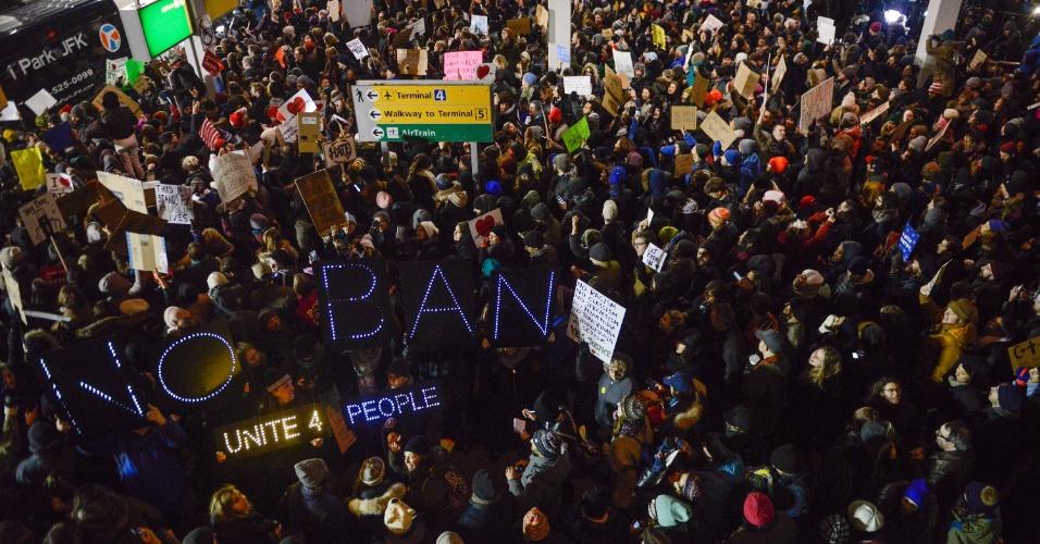 28.jan.2017 - Manifestantes protestam contra o banimento de imigrantes muçulmanos no aeroporto JFK, em Nova York