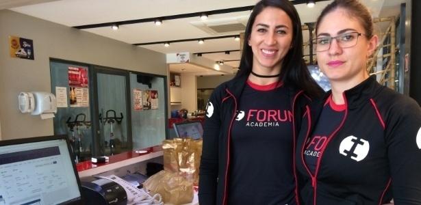 Chaiane Karen Santos (à esq.) e Aline Carvalho da Silva afirmam que a academia onde trabalham, vizinha ao fórum, usará tapumes