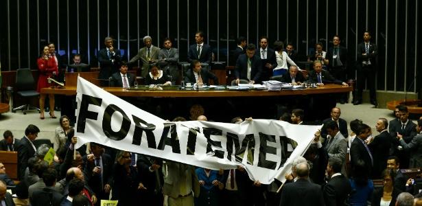 24.mai.2017 - Deputados da oposição protestam no plenário com uma faixa com os dizeres #FORA TEMER. O deputado Rodrigo Maia (DEM-RJ) preside a sessão - Pedro Ladeira/Folhapress