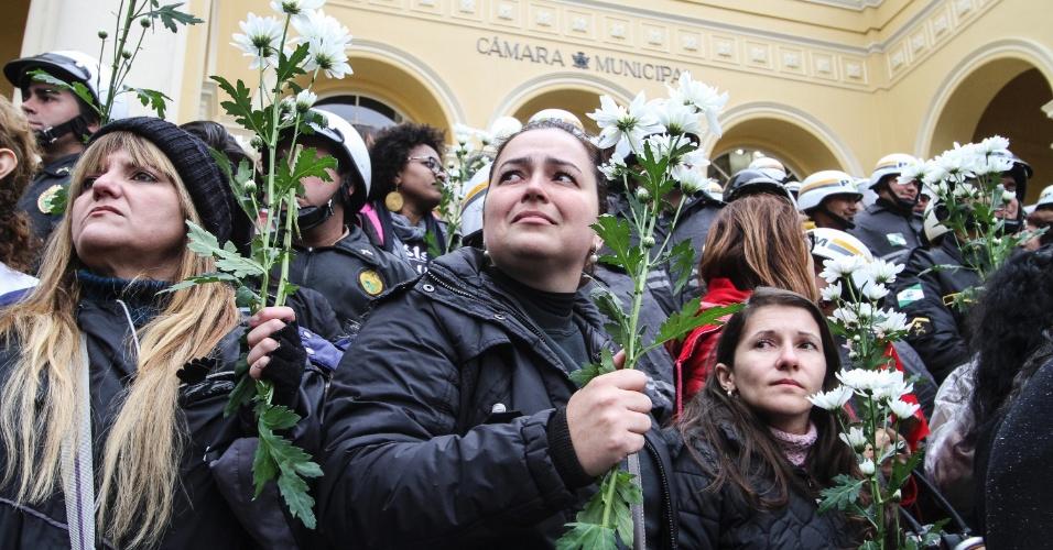 20.jun.2017 - Servidores municipais em greve fazem protesto em frente à Câmara Municipal de Curitiba (PR), na manhã desta terça-feira