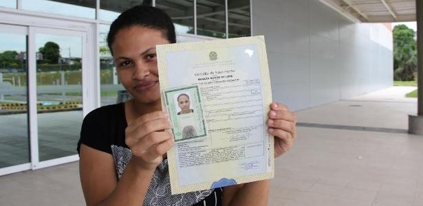 Renata Ramos de Lima mostra documento após ganhar direito de usar sobrenome